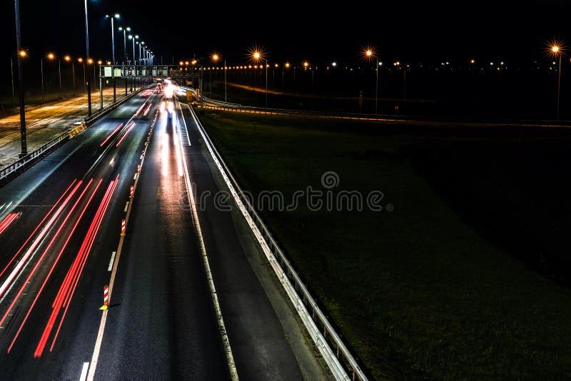 Nacht die weg schieten Bij nacht omhoog aan steekt de stad Verlichting van de autosnelweg stock afbeeldingen