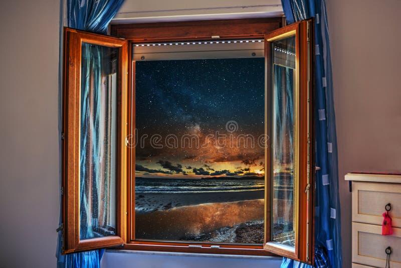 Nacht door een open venster wordt gezien dat stock foto