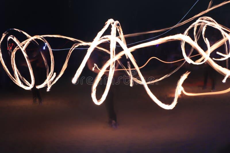 Nacht-fireshow in der langen Belichtung stockfotos