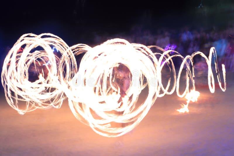 Nacht-fireshow in der langen Belichtung stockfoto