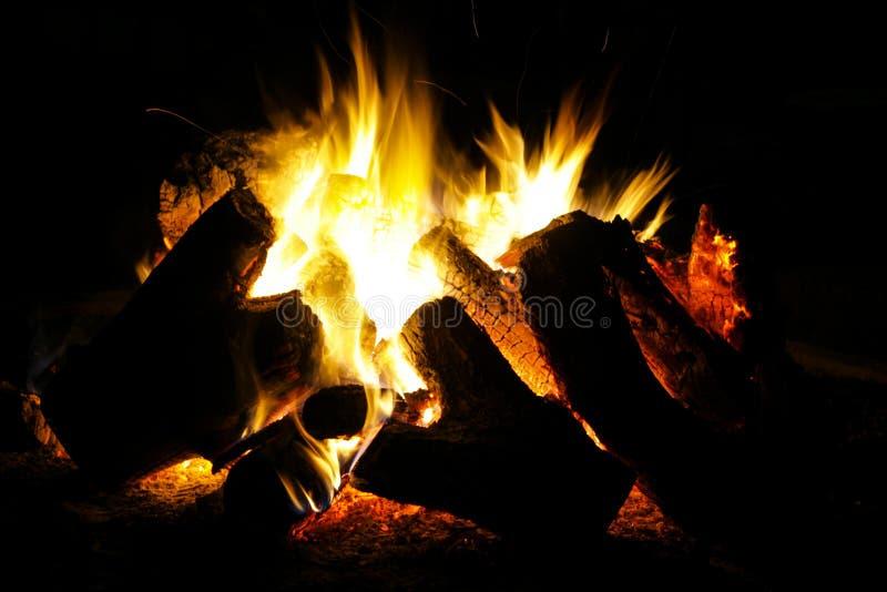 Nacht-gebrand goed brandend brandkamp stock foto