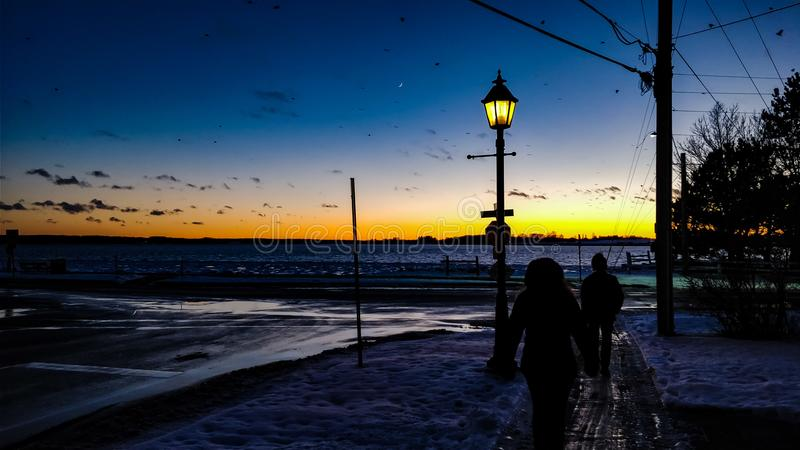 Nacht gegen Sonne lizenzfreie stockbilder