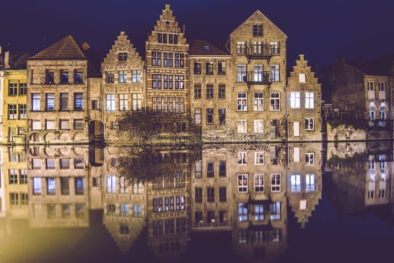 Nacht-Gent-Kanal in der alten Stadt stockfoto