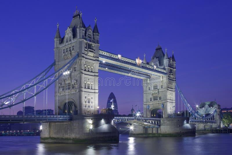 Nacht geschossen von der Kontrollturm-Brücke stockfotografie