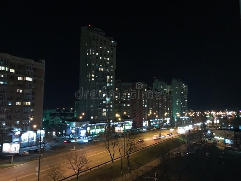 Nacht glüht die Stadt mit Lichtern während lizenzfreies stockfoto
