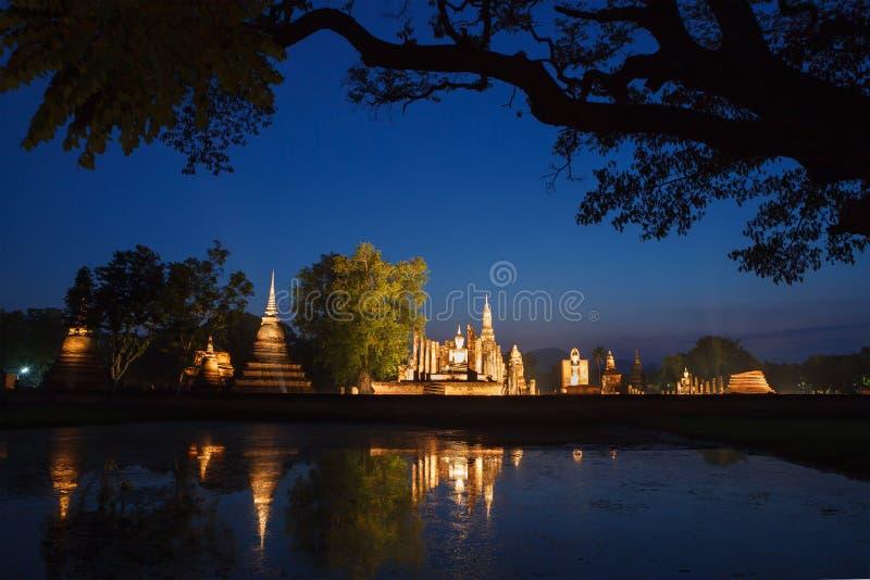 Nacht in historischem Park Sukhothai Ruinen des buddhistischen Tempels in SU lizenzfreie stockfotos