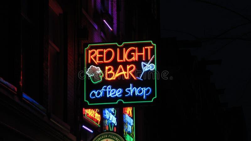 Nacht; ife rood lichtbar en het teken van de koffiewinkel in Amsterdam stock afbeelding