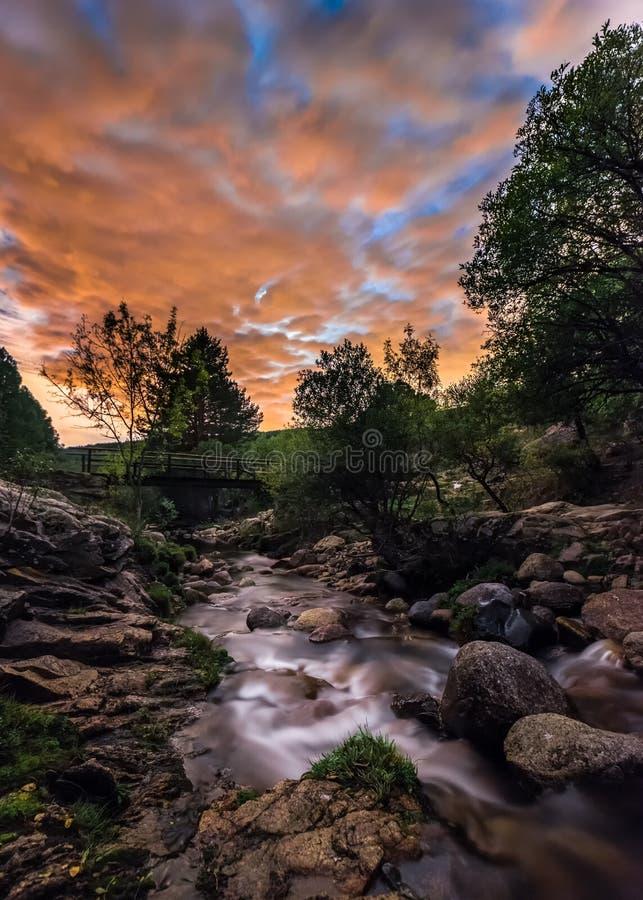 Nacht im Fluss stockbilder