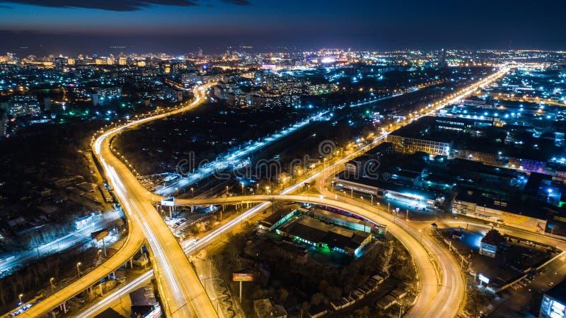 Nacht-Khabarovsk automobiele die wegbruggen, van een quadcopter worden gefilmd royalty-vrije stock afbeeldingen