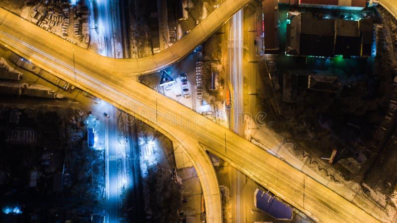 Nacht-Khabarovsk automobiele die wegbruggen, van een quadcopter worden gefilmd stock foto