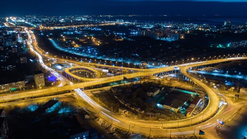Nacht-Khabarovsk automobiele die wegbruggen, van een quadcopter worden gefilmd stock afbeeldingen