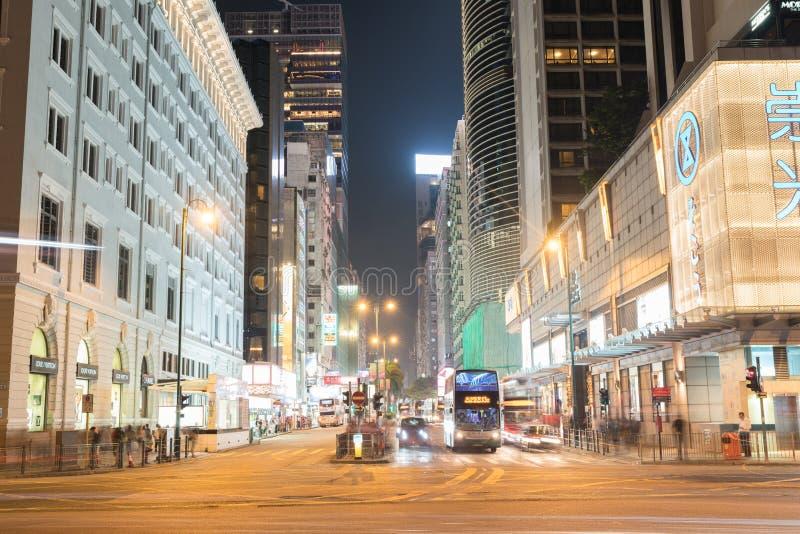 Nacht lange blootstelling van het overgaan van voertuigen op bezige stadsstraat stock foto's