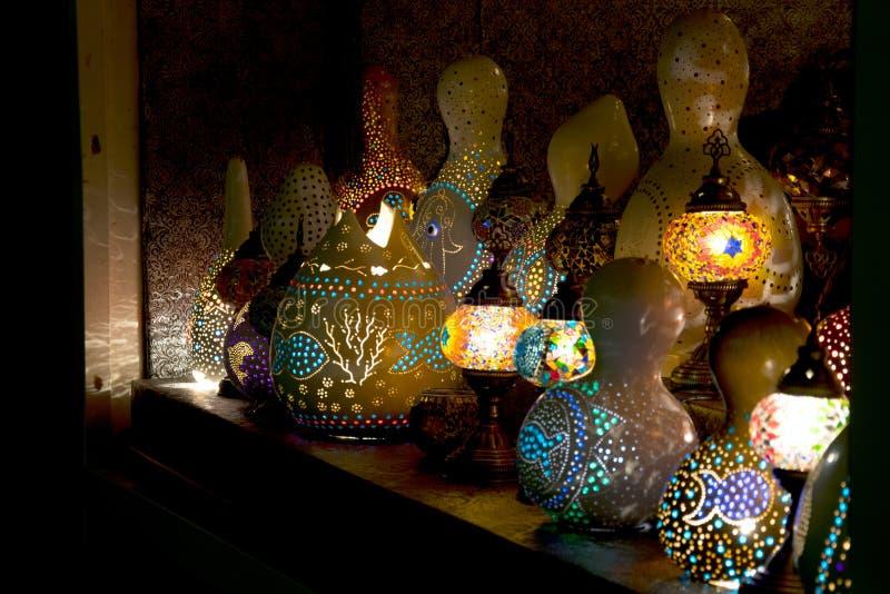 Nacht-Licht punktierte bunte Lampen auf einem dunklen Hintergrund lizenzfreie stockfotos