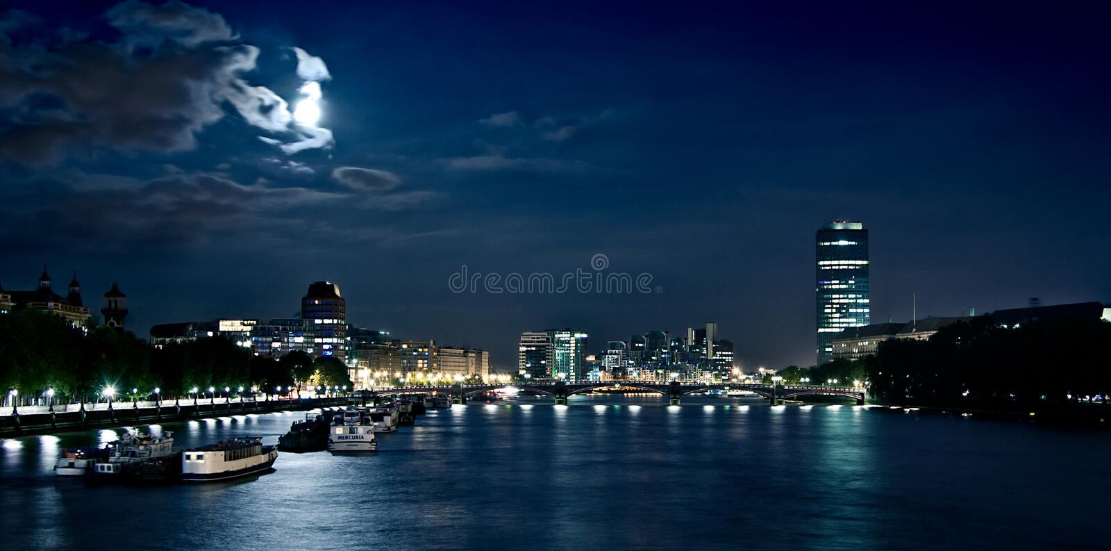 Nacht in London Dunkle Themse stockfotografie