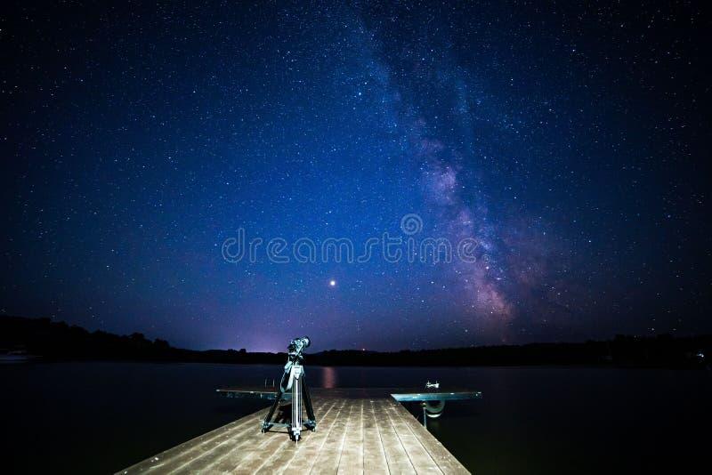 Nacht melkachtige manier met houten pijlercamera op een driepoot royalty-vrije stock afbeeldingen