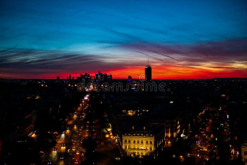 Nacht met zonsonderganglichten wordt geschoten over Parijs dat stock fotografie
