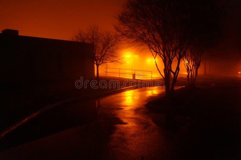 Nacht mistig parkeerterrein stock foto