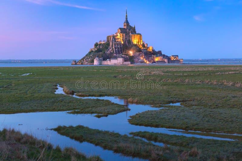 Nacht Mont Saint Michel, Normandië, Frankrijk royalty-vrije stock afbeeldingen