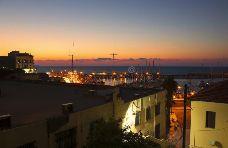 Nacht mooi landschap bij de haven van Heraklion stock foto's