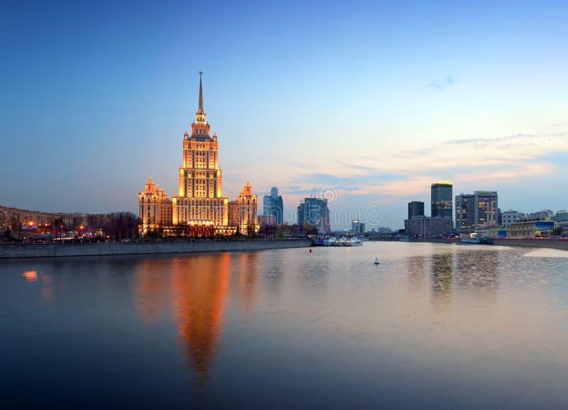Nacht Moskou. De Rivier van Moskou. Hotel de Oekraïne. royalty-vrije stock foto's