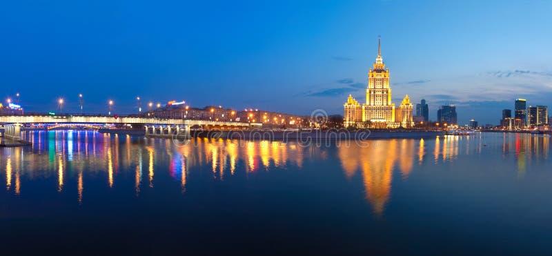 Nacht Moskou. De Rivier van Moskou. Hotel de Oekraïne. stock foto's