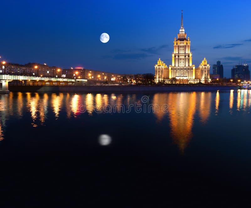 Nacht Moskou. De Rivier van Moskou. Hotel de Oekraïne. stock afbeelding