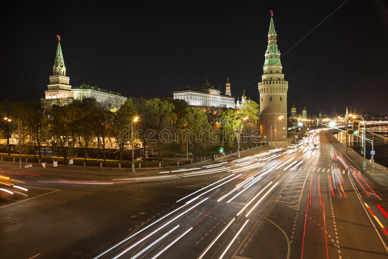 Nacht: Moskou het Kremlin en dijk royalty-vrije stock afbeelding