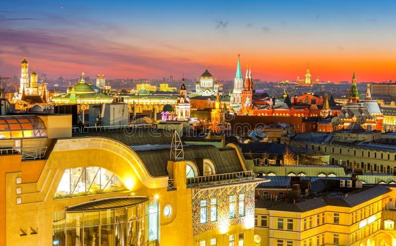 Nacht Moskou, type aan Moskou het Kremlin, Christus de Verlosserkathedraal, de klokketoren van St John Groot, de universiteit en  stock afbeeldingen