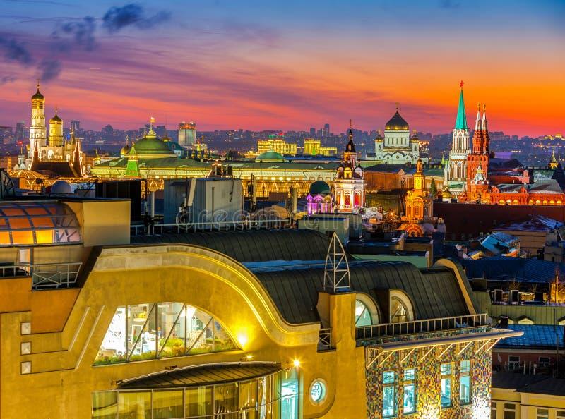 Nacht Moskou, type aan Moskou het Kremlin, Christus de Verlosserkathedraal, de klokketoren van St John Groot en op de voorgevels  royalty-vrije stock afbeelding