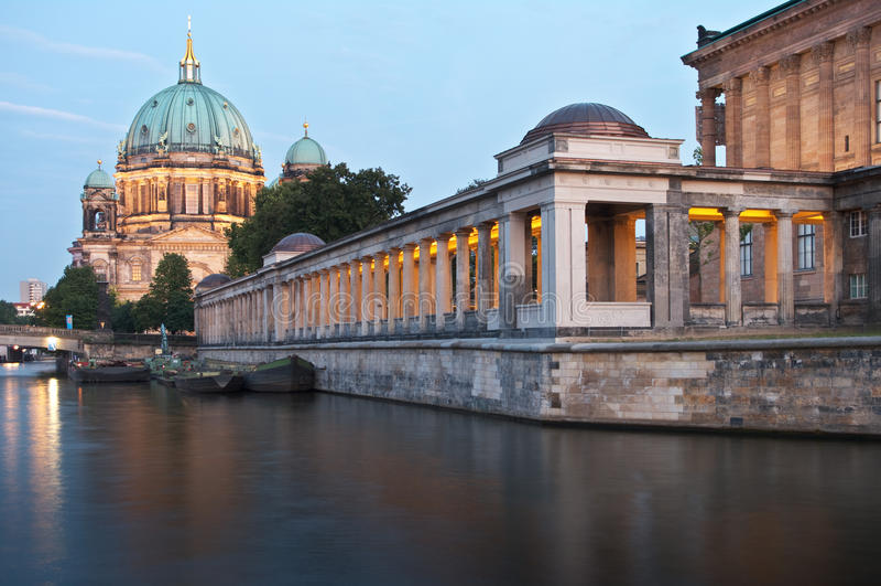 nacht museumsinsel dom berlin берлинец стоковые фото