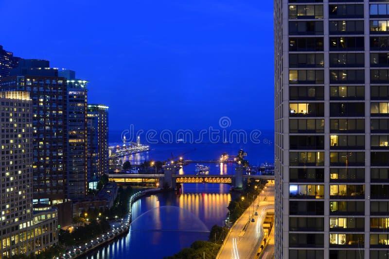 Nacht op de Rivier en het Meer Michigan van Chicago stock afbeelding