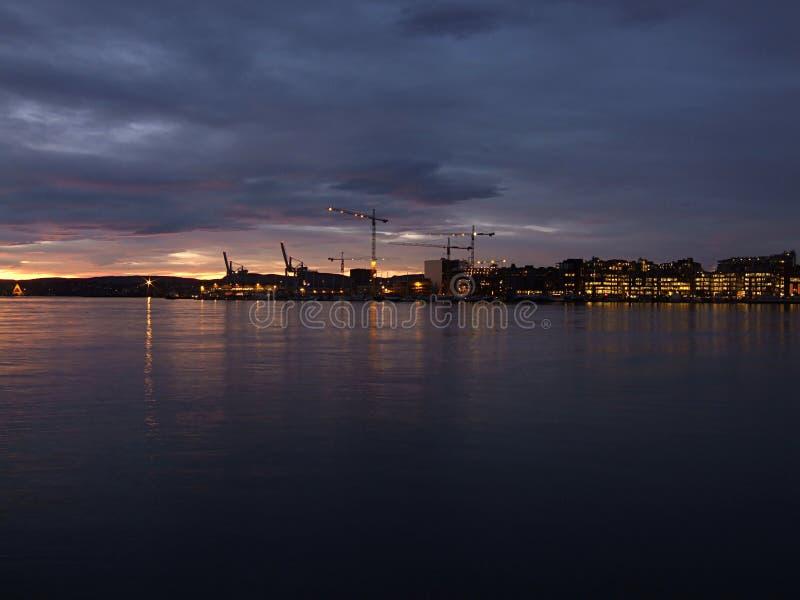Nacht op de waterkant van Oslo royalty-vrije stock foto's