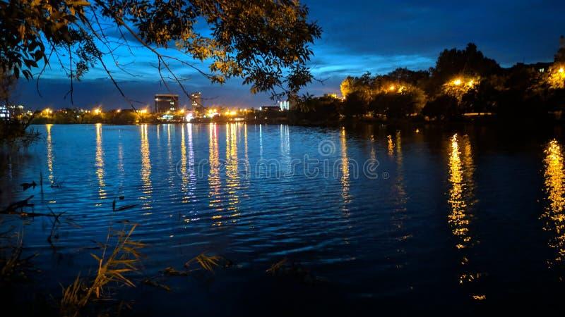 Nacht op het meer 'Karasun ' royalty-vrije stock afbeelding