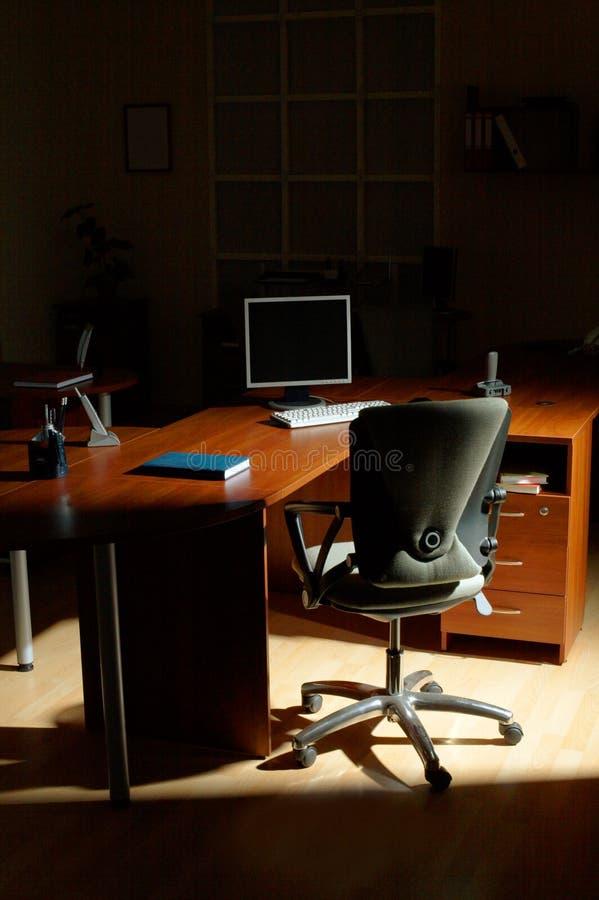 Nacht op kantoor stock afbeeldingen