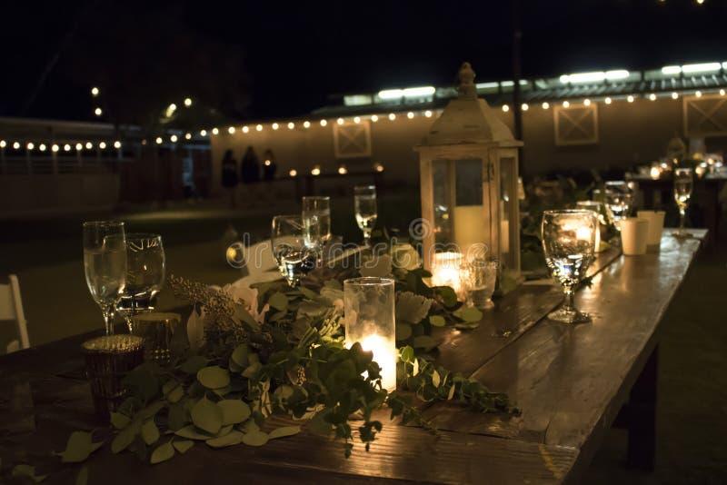 Nacht in openlucht Rustieke Lijst het Plaatsen Kaarseninstallaties stock foto