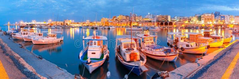 Nacht oude haven van Heraklion, Kreta, Griekenland royalty-vrije stock afbeeldingen
