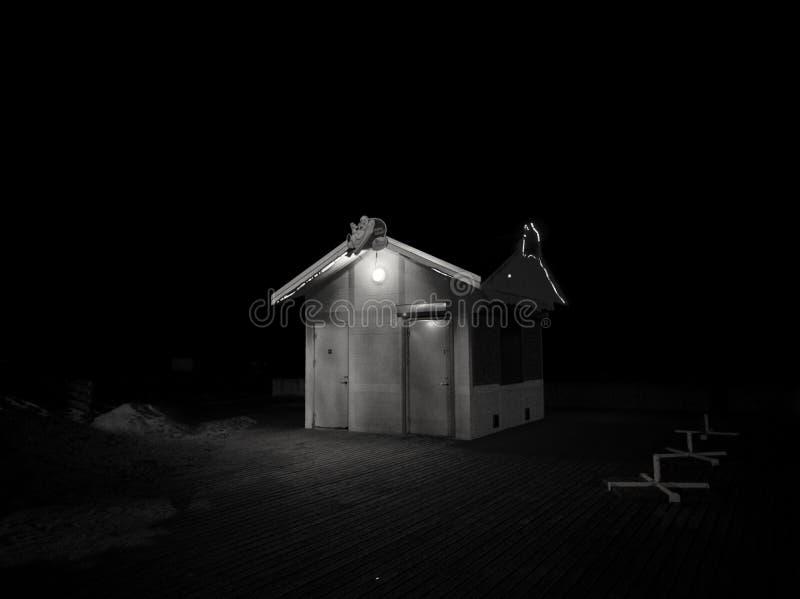 Nacht in Pärnu-Strand lizenzfreie stockfotografie