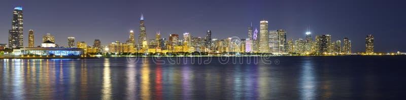 Nacht panoramisch beeld van de stadshorizon van Chicago met bezinning stock afbeelding