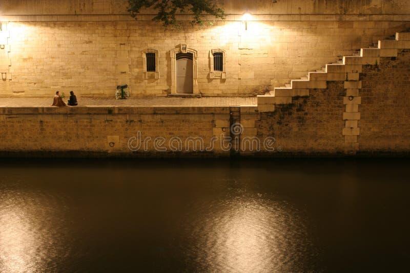 Nacht in Paris und pari durch Wadenetz lizenzfreie stockfotos