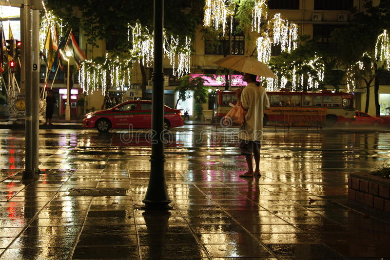 Nacht regnerisches Bangkok lizenzfreie stockbilder