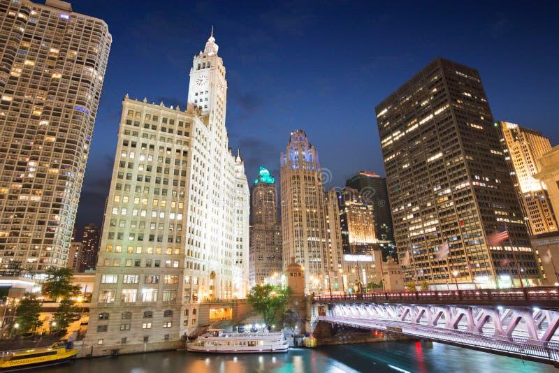 Nacht an Riverwalk-Park in im Stadtzentrum gelegenem Chicago, Illinois stockfotografie