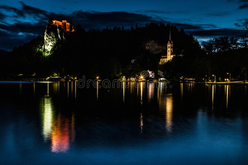 Nacht am See blutete, Ansicht von Bled Schloss, Slowenien, Europa lizenzfreie stockfotos