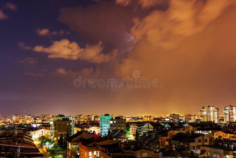 Nacht stormachtige hemel met een bliksemflits over de stad - Antalya, Turkije, 06 08 2019 royalty-vrije stock afbeelding