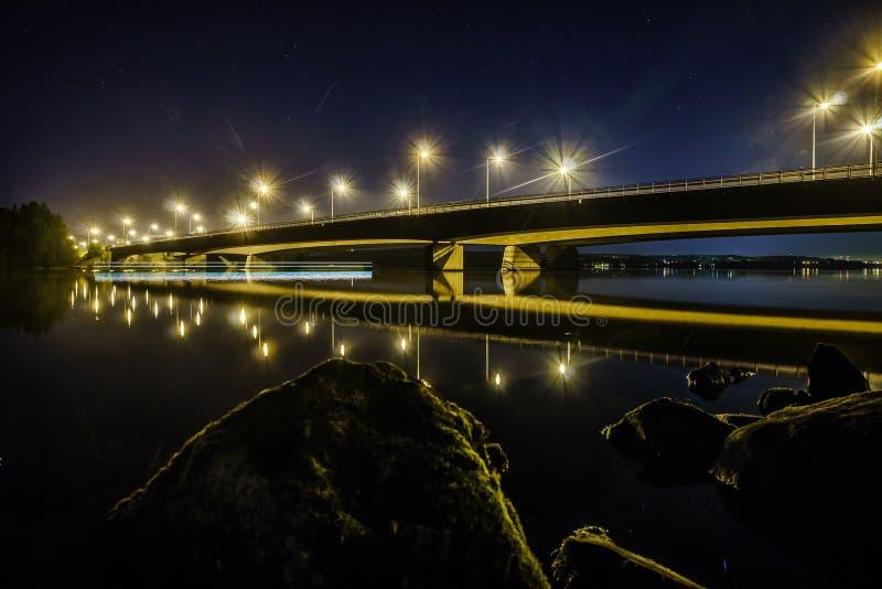 Nacht unter dem bridge lizenzfreie stockfotos