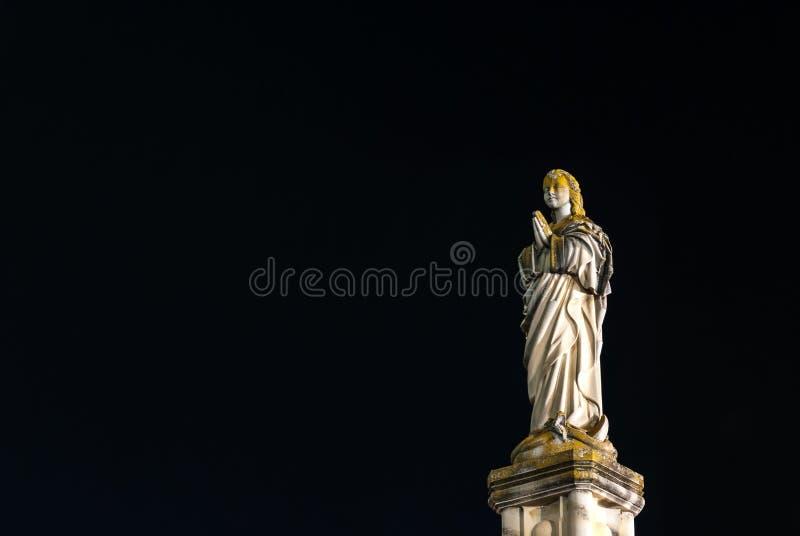 Nacht van een standbeeld van het maagdelijke stappen op een slang in Toledo wordt geschoten dat stock foto