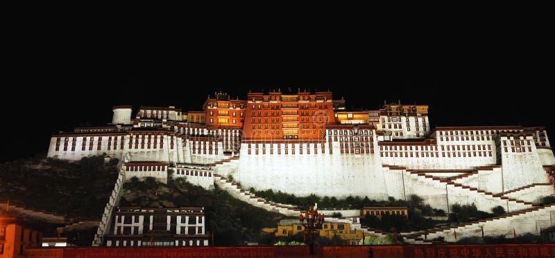 Nacht van het Paleis van Tibet Potala stock afbeeldingen