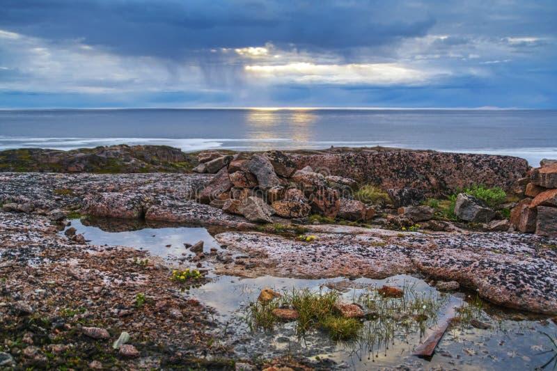 Nacht van polaire dag op de Barentsz Zee stock foto's