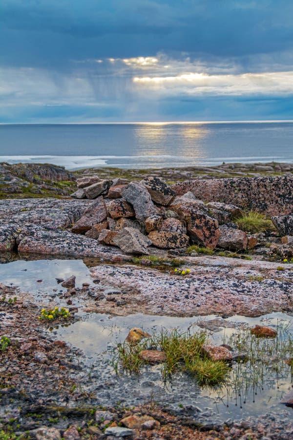 Nacht van polaire dag op de Barentsz Zee royalty-vrije stock foto's