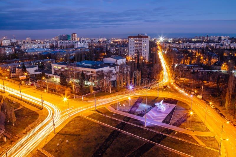 Nacht Voronezh, luchtmening aan de ring van de wegverbinding dichtbij vliegtuiggedenkteken in zuidwestendistrict stock foto