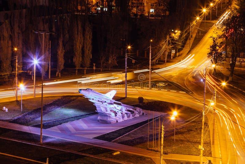 Nacht Voronezh, luchtmening aan wegverbinding dichtbij vliegtuig mig-21 gedenkteken in zuidwestendistrict stock foto